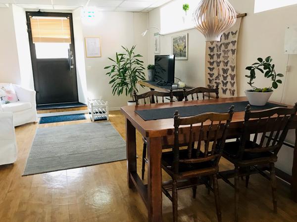 sällskapsrum, bord, stolar, tv, fåtöljer