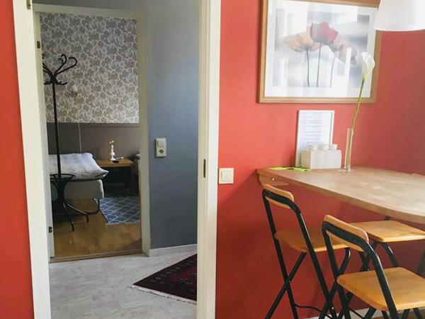 rum i lägenhet, röda väggar, bord och stolar