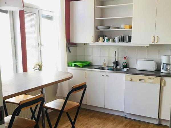 kök i lägenhet, bord, stolar, diskmaskin, porslin