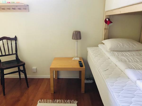 våningssäng och sängbord