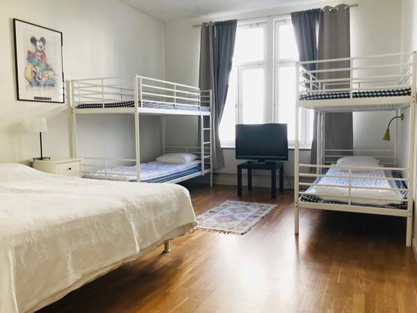 sovrum med dubbelsäng och två våningssängar